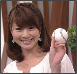野球ボールを持つ秋元玲奈